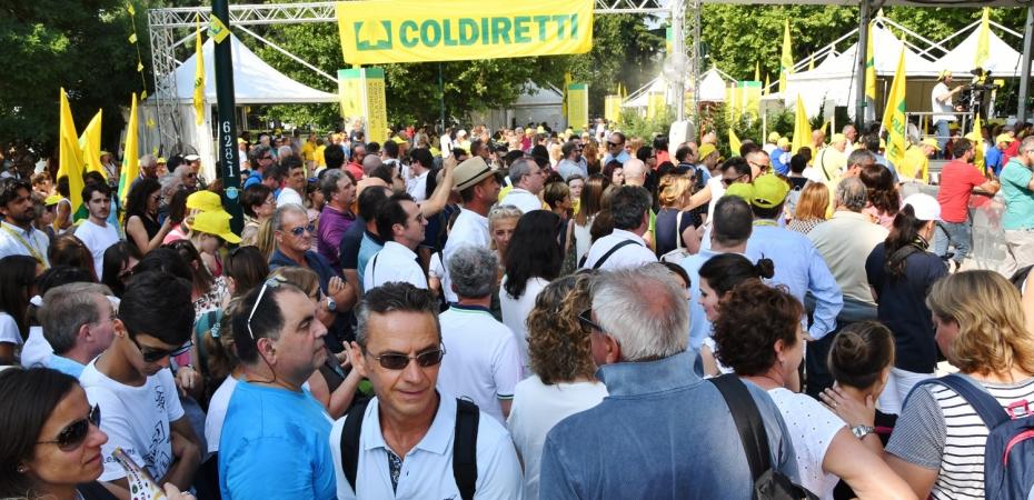 folla al villaggio coldiretti milano